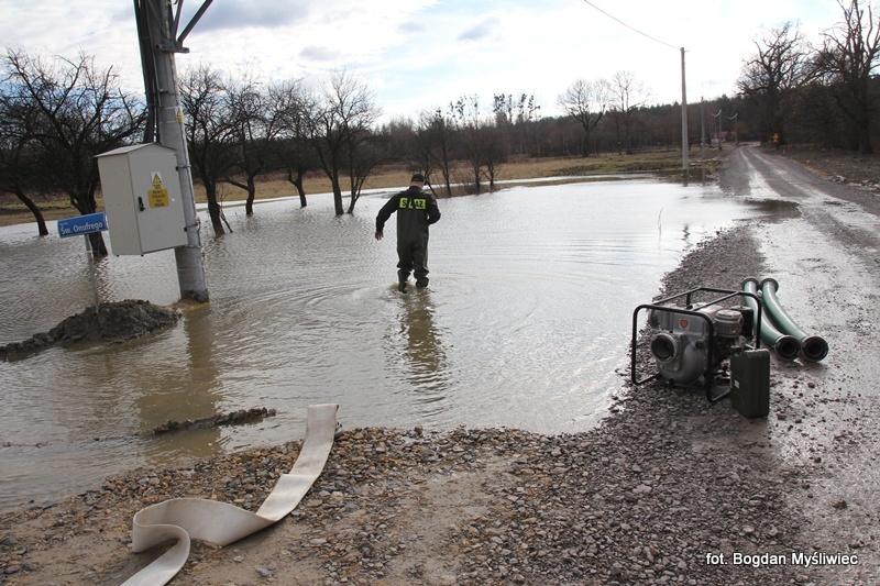 Droga zniknęła pod wodą