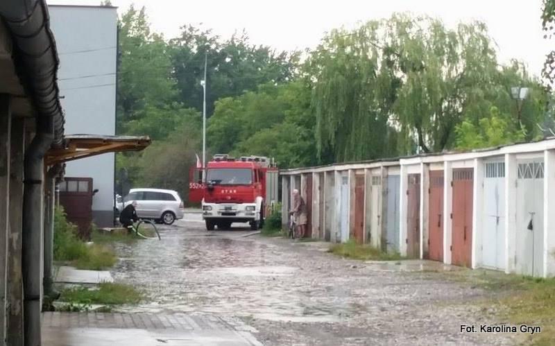 Strażacy wypompowywali wodę z garaży