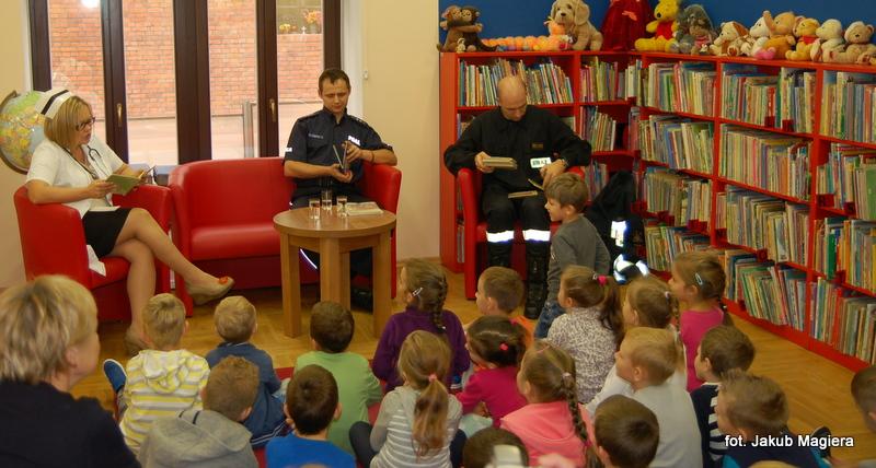 Pielęgniarka, policjant i strażak czytali dzieciom