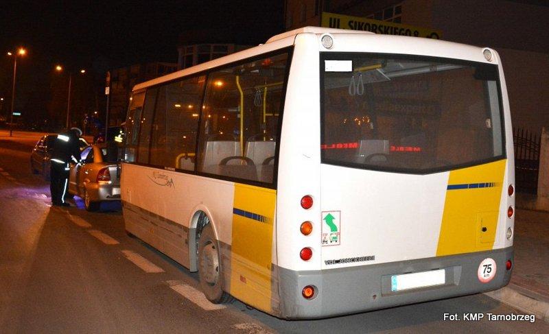 Autobus najechał na opla astrę
