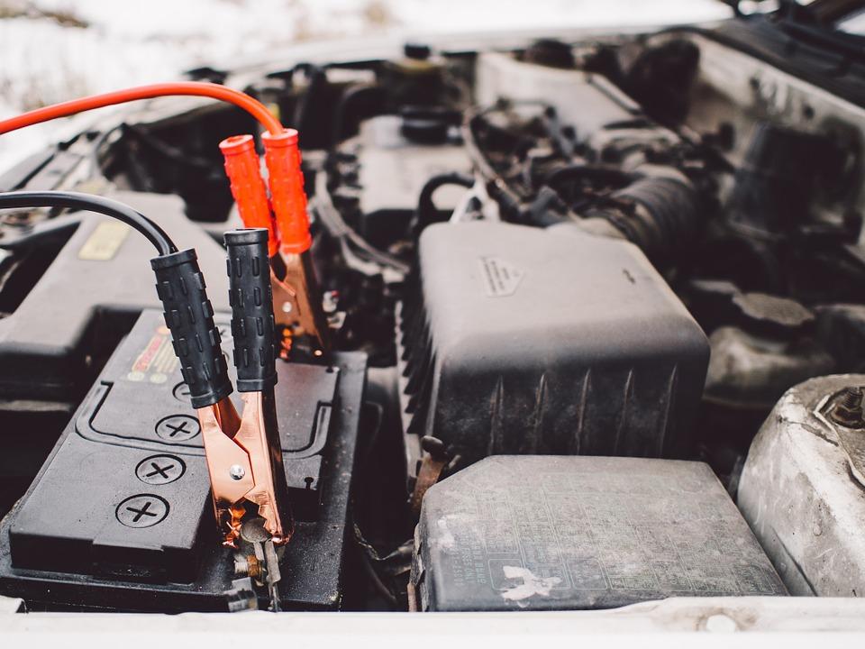 Stosuj się do tych 4 prostych zasad, a już nigdy nie ucierpisz przez problemy z akumulatorem samochodowym