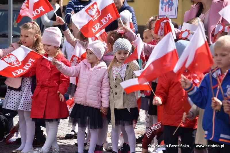 Najmłodsi niżanie z biało-czerwonymi flagami