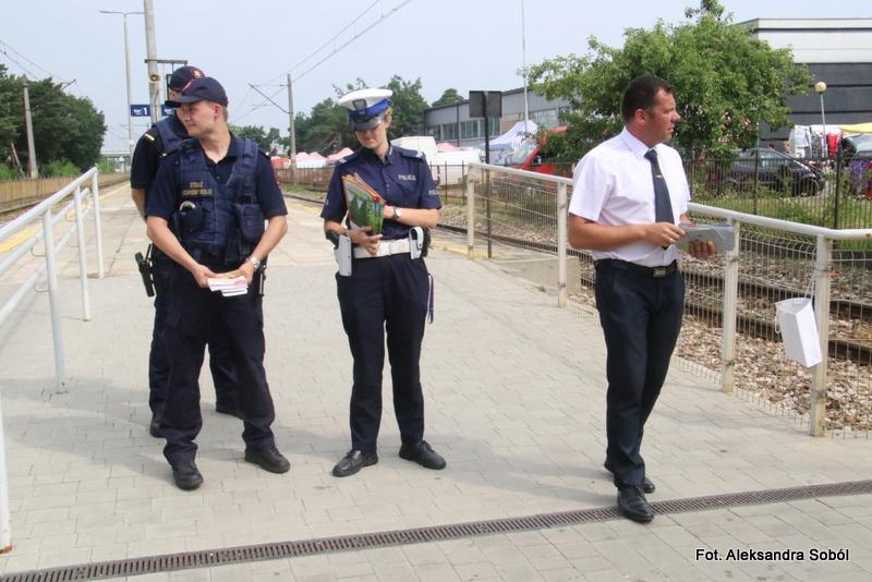 Akcja edukacyjna na przejściu kolejowym