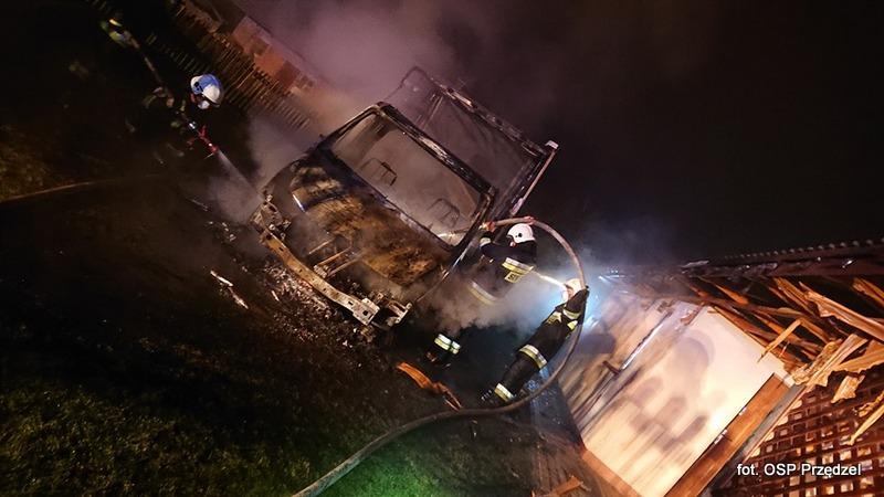 W Nowej Wsi płonął dom i stojący przy nim pojazd dostawczy