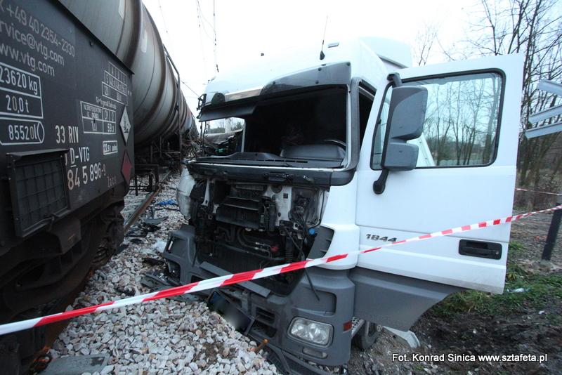 O włos od tragedii. Ciężarówka wjechała pod pociąg (ZDJĘCIA)