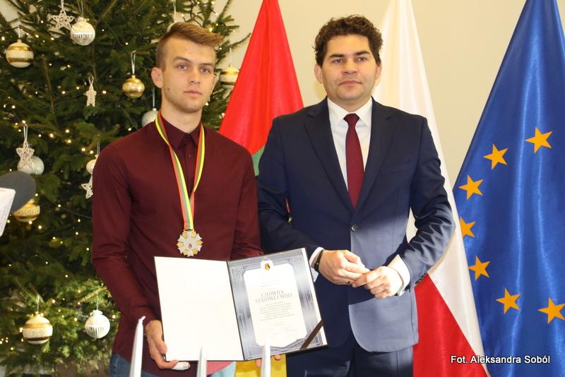 """Konrad Latawiec uhonorowany odznaką  """"Człowiek Stalowej Woli"""