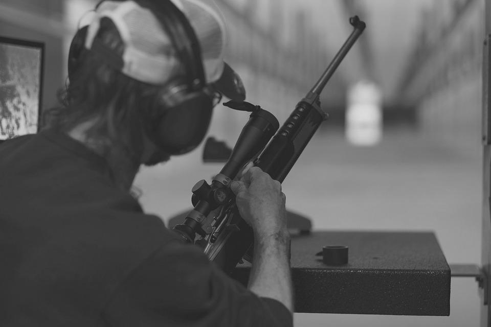 Słuchawki aktywne – co to takiego i dlaczego każdy strzelec powinien je mieć?