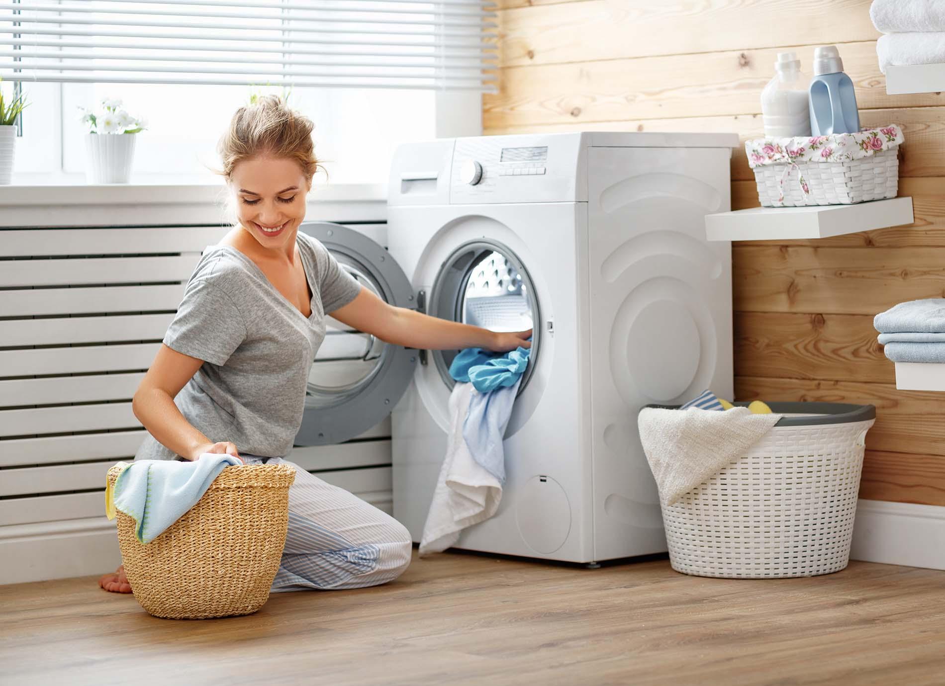 Jak urządzić małą łazienkę w bloku z wanną i pralką?