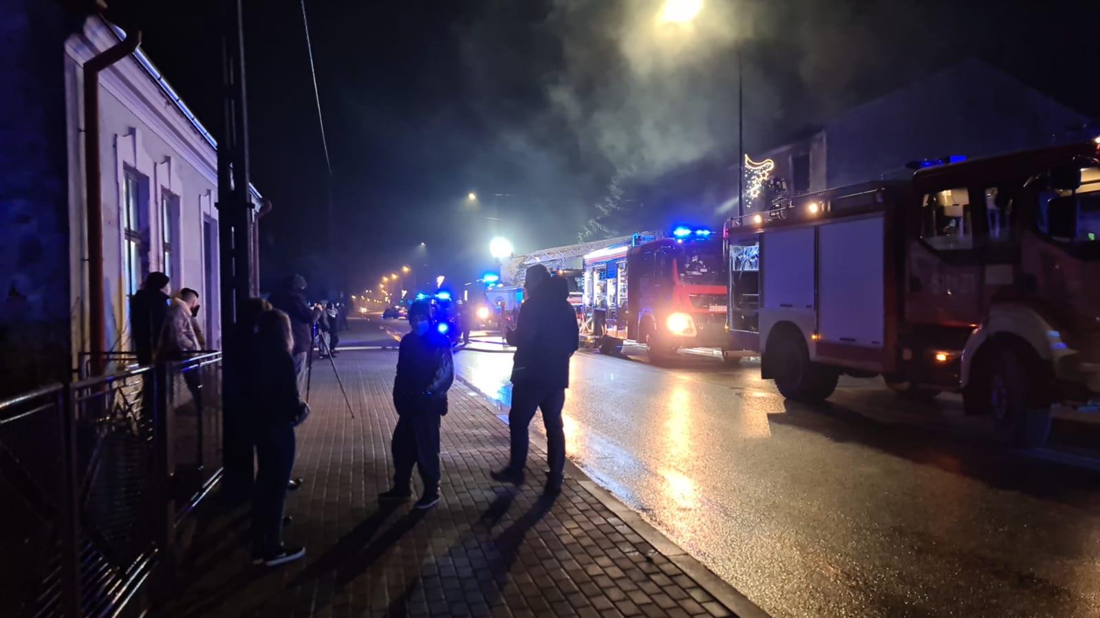 Pożar w Nisku. Dwie osoby wyskoczyły przez balkon (wideo)
